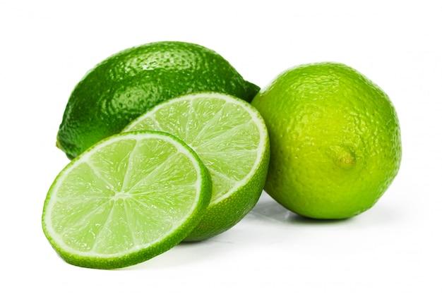 Trozos de limón aislado sobre fondo blanco. Foto Premium