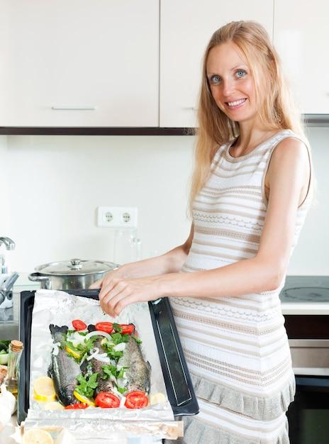 Trucha de cocina ama de casa embarazada descargar fotos for Foto casa gratis