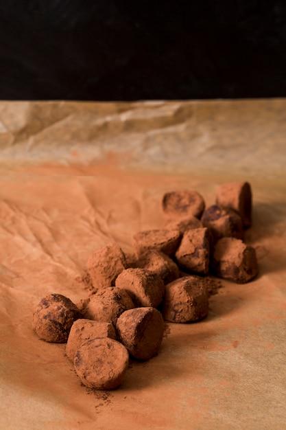 Trufa de chocolate envuelta en cacao Foto gratis