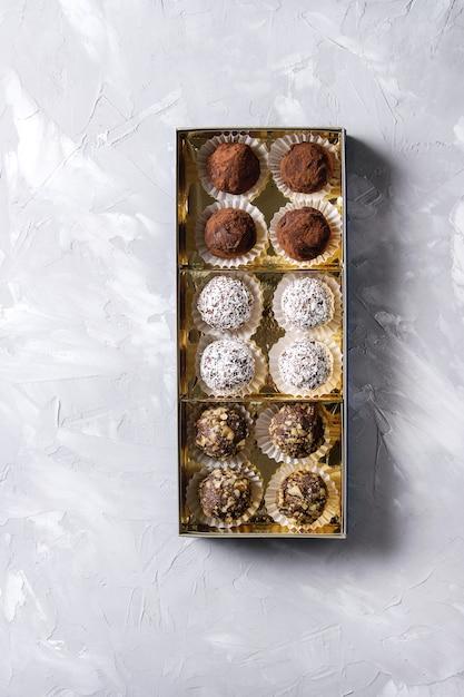 Trufas de chocolate hechas a mano. Foto Premium