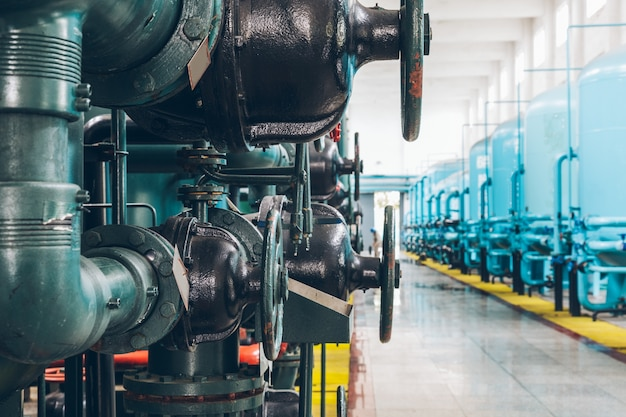 Tuberías de acero y cables en una planta Foto gratis