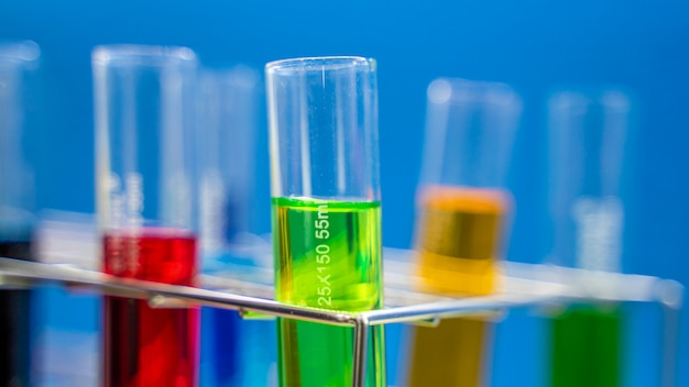 Tubos de ensayo en laboratorio de ciencias Foto Premium