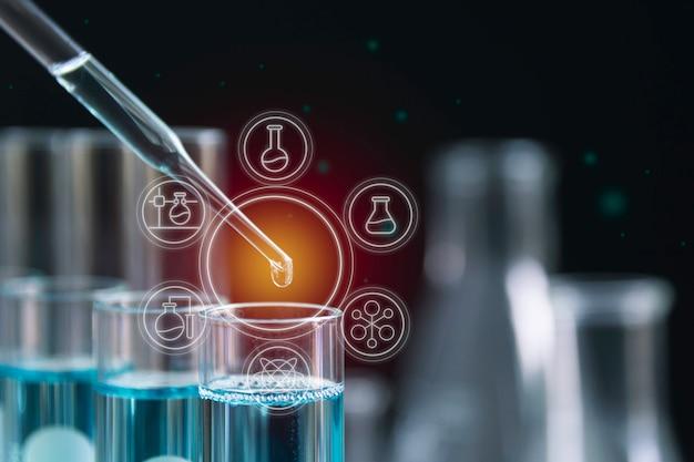 Tubos de ensayo químico de laboratorio de vidrio con líquido para análisis Foto Premium
