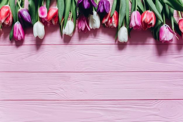 Fondos De Pantalla Rosa Rosa Flores Fondo De Madera: Tulipanes Frescos Sobre Un Fondo De Madera Rosa. Concepto