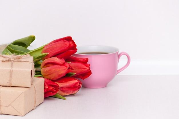 Tulipanes, regalos, copa para madre, esposa, hija, niña con amor. feliz cumpleaños, copia spase. Foto Premium