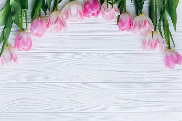 Tulipanes Rosa Sobre Un Fondo Blanco De Madera. Vista