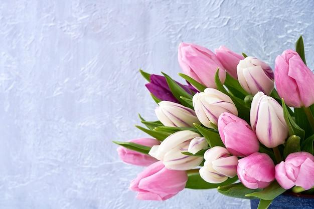 Tulipanes rosados y blancos en florero. Foto Premium