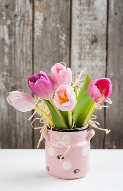 Tulipanes rosas rojas sobre fondo rústico Foto Premium