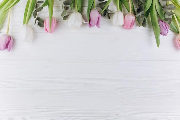 Fondo De Madera Vintage Con Flores Blancas Manzana Y: Tulipanes Violetas Y Blancos Sobre Un Fondo De Madera