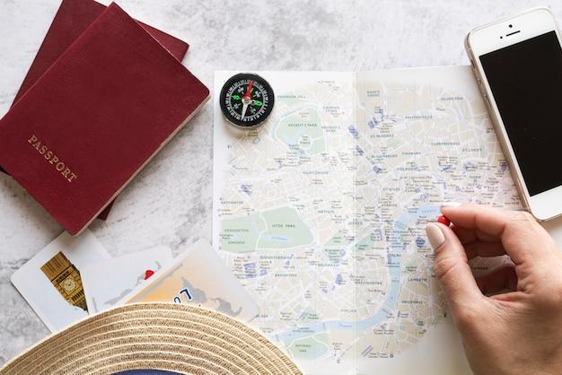 Turista eligiendo un lugar en el mapa Foto gratis