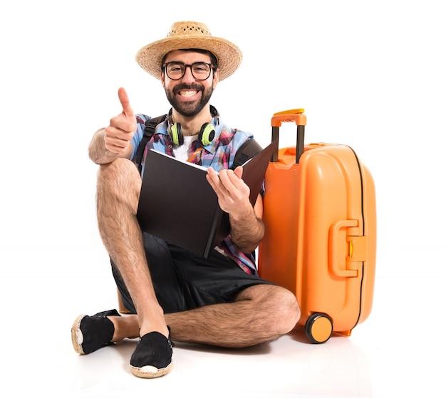 Turista con el pulgar hacia arriba Foto gratis