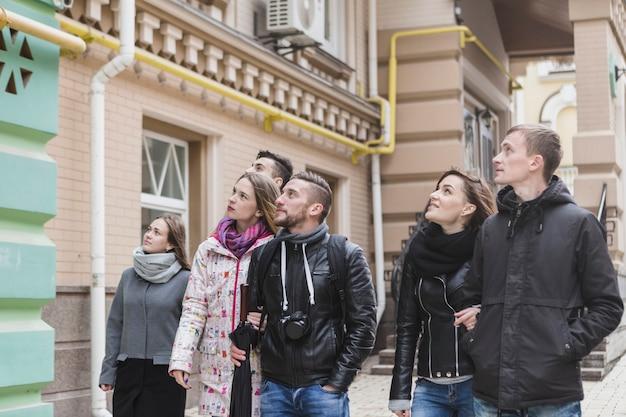 Turistas caminando y haciendo turismo Foto gratis