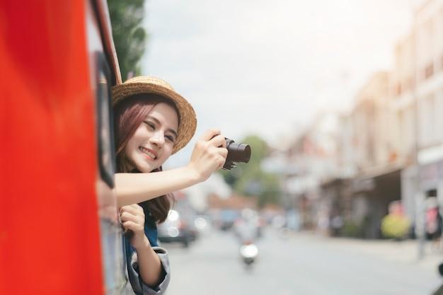 Turistas emocionados están tomando fotos mientras están sentados en el automóvil. Foto Premium