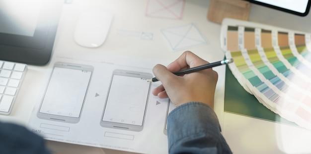 Ui ux diseñador gráfico dibujo plantilla de teléfono inteligente Foto Premium