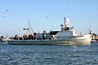 un grupo de personas en un barco Foto Gratis