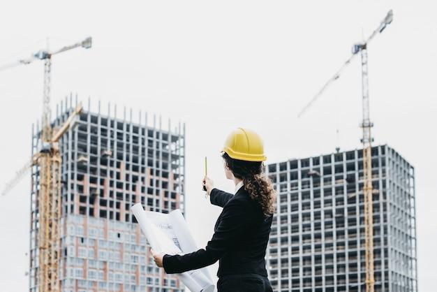 Un retrato de la mujer del ingeniero que mira la for Ingeniero arquitecto