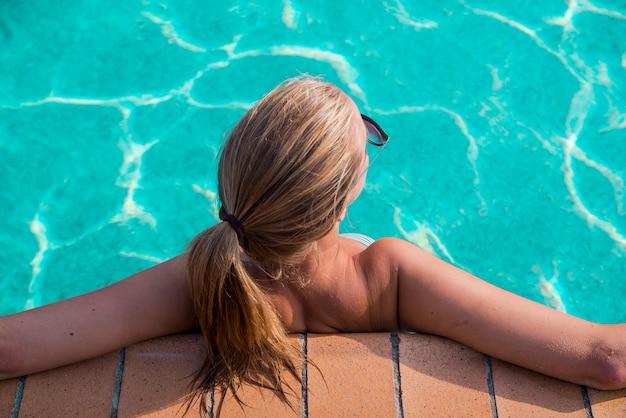 cabelos-loiros-beira-da-piscina