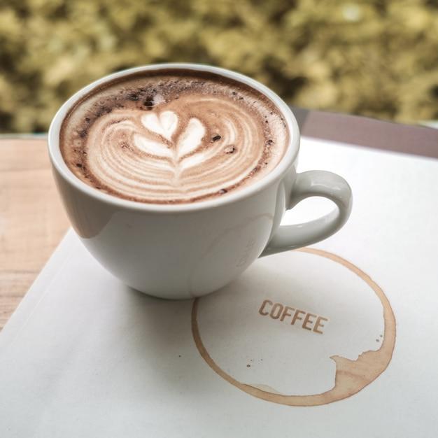 Una taza de caf con leche arte con coraz n en una taza for Taza de cafe con leche