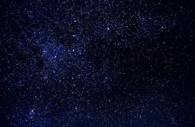 Universo en el espacio, cielo y estrellas en la noche, vía láctea Foto Premium