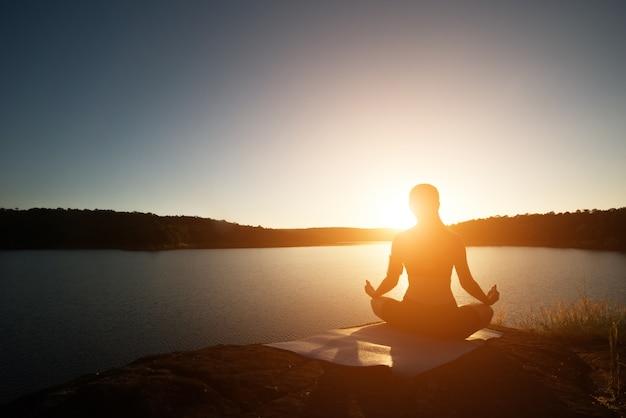 uno senderismo yoga estilo de vida veraniego Foto Gratis