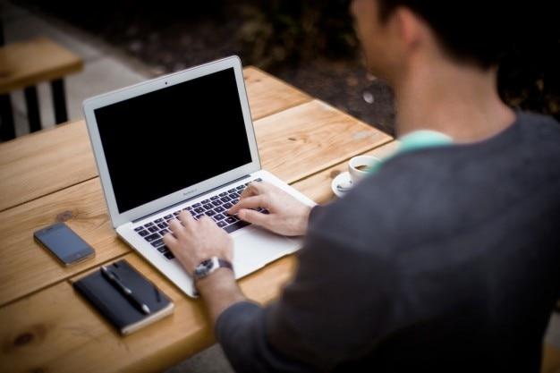 Usando la computadora port til en el escritorio de oficina for Computadoras para oficina