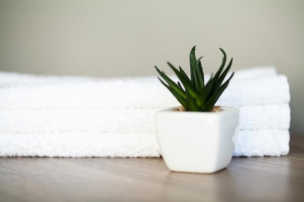 Uso de toallas de algodón blanco en el baño del spa Foto Premium