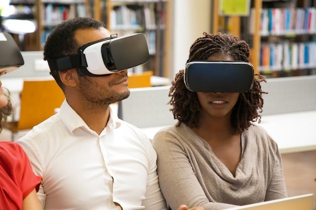 Usuarios alegres con gafas de realidad virtual Foto gratis