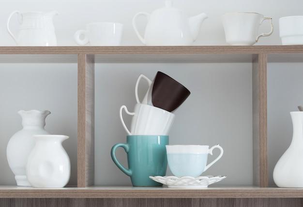 Utensilios de cocina blancos en estante de madera Foto Premium