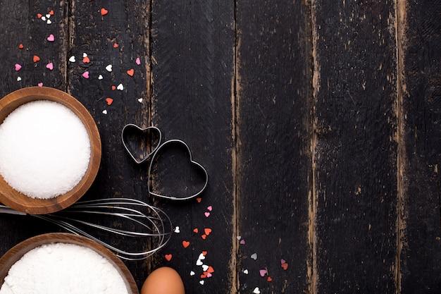 Utensilios de cocina, harina y azúcar sobre madera. Foto Premium