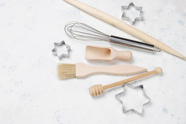 Utensilios de cocina para hornear con especias para galletas y cortadores de galletas en superficie liviana Foto gratis
