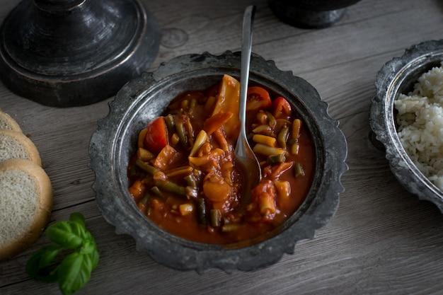Utensilios de plata retro y platos con comida Foto Premium