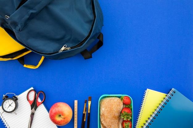 Útiles escolares con bolsa y lonchera Foto gratis