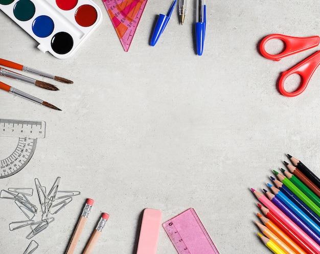 Útiles escolares para clases de arte. Foto gratis