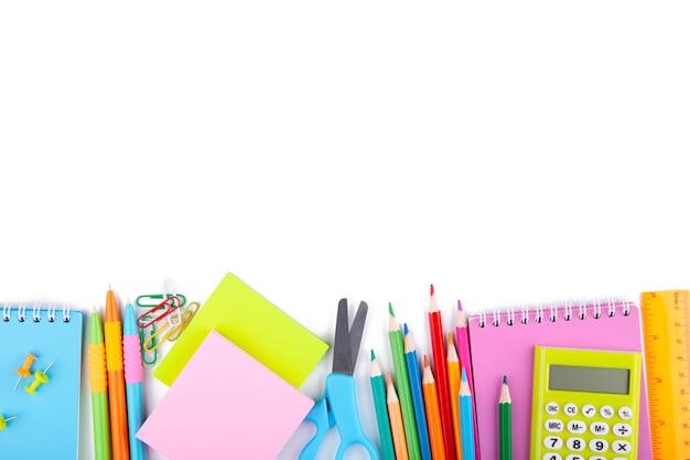 Útiles escolares coloridos aislados en blanco Foto Premium