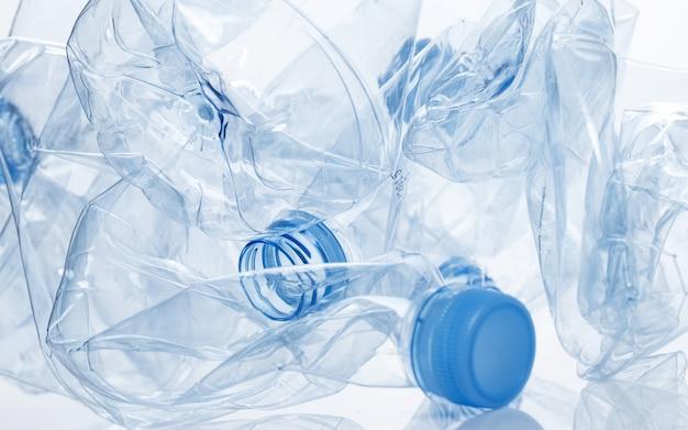 Utilización. botella de agua vacía Foto gratis