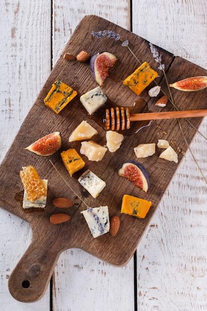 Uva, queso, higos y miel. Foto Premium
