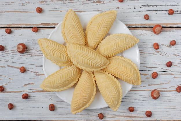 Vacaciones tradicionales de azerbaiyán novruz cookies baklava en plato blanco Foto gratis