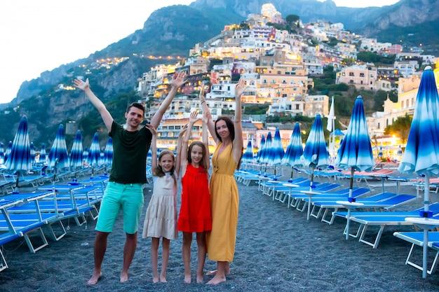 Vacaciones de verano en italia. mujer joven en la aldea de positano en el fondo, costa de amalfi, italia Foto Premium