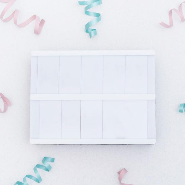 Vaciar letrero en blanco entre confeti Foto gratis