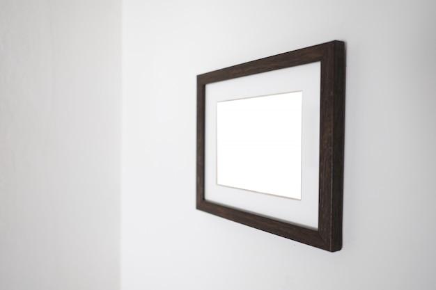 Vaciar marco blanco en una pared para mock up Foto Premium