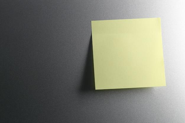 Vacie la hoja de papel amarilla en la puerta del refrigerador para el diseño. Foto Premium