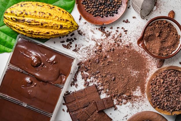 Vainas de granos de cacao, trozos de barra de chocolate, cacao en polvo Foto Premium