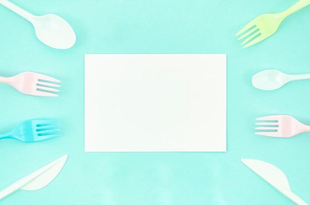 Vajilla desechable de plástico colorido Foto gratis