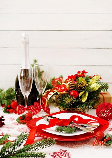 Vajilla tradicional en mesa de navidad Foto gratis