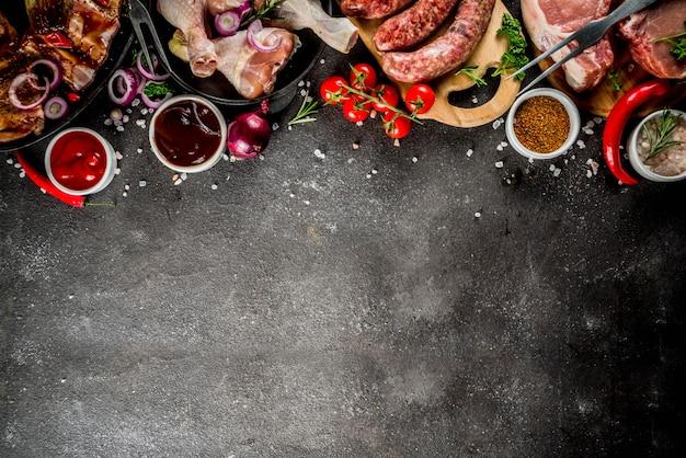 Varias carnes crudas listas para parrilla y barbacoa Foto Premium