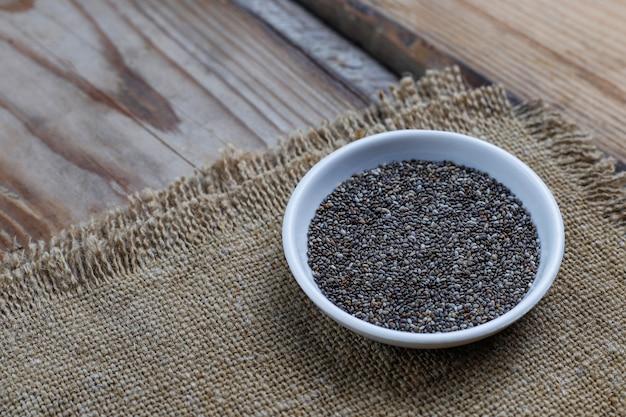 Varias semillas - sésamo, semillas de lino, semillas de lino, semillas de calabaza, amapola, chia en cuencos en un rústico. copiar . Foto gratis
