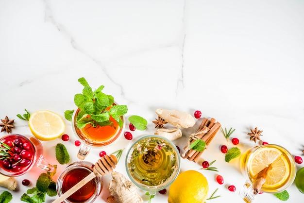 Varias tazas de té de hierbas y frutas calientes de otoño invierno Foto Premium