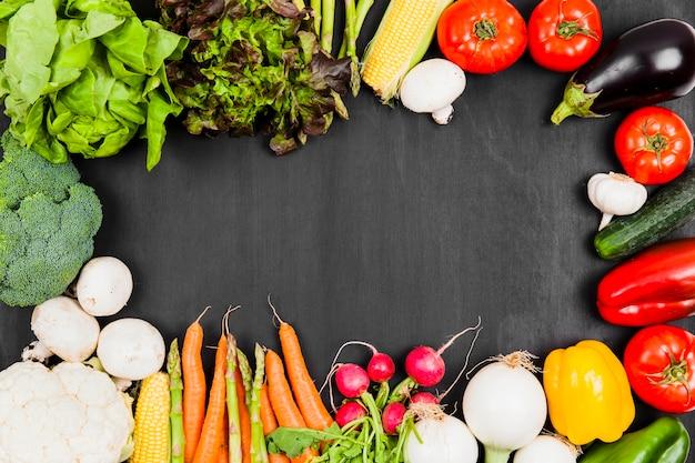 da1d7409d02e Varias verduras frescas con espacio en medio   Descargar Fotos gratis