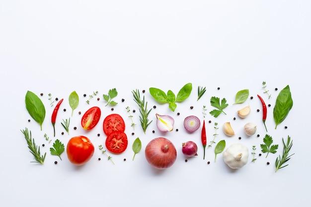 Varias verduras frescas y hierbas en el fondo blanco. concepto de alimentación saludable Foto Premium