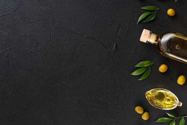 Variedad de aceites de oliva con copia espacio de fondo Foto gratis